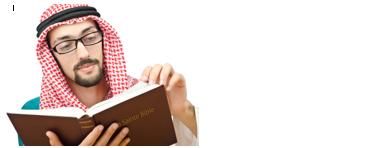un homme portant une tenue évoquant le Proche Orient lit la Bible